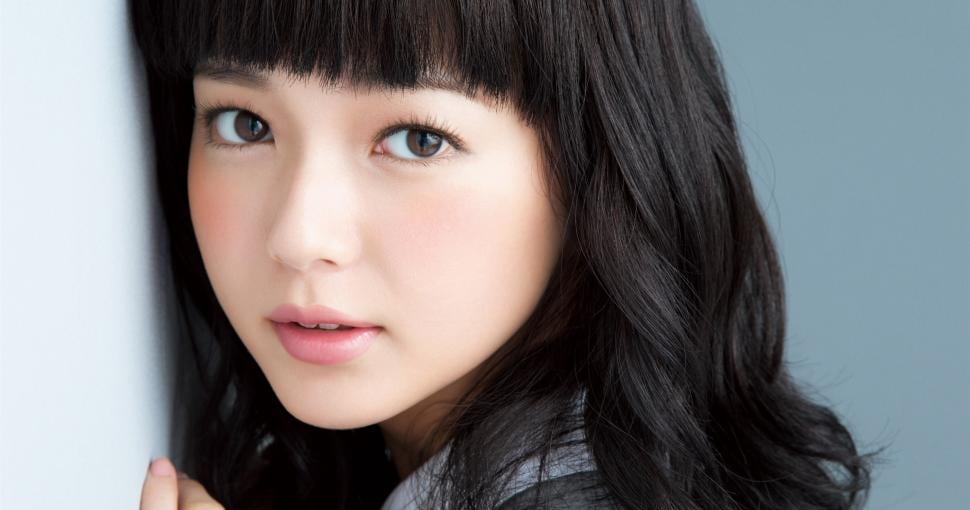 beautiful-japanese-girl-curly-hair-lovely-face-2K-wallpaper-middle-size